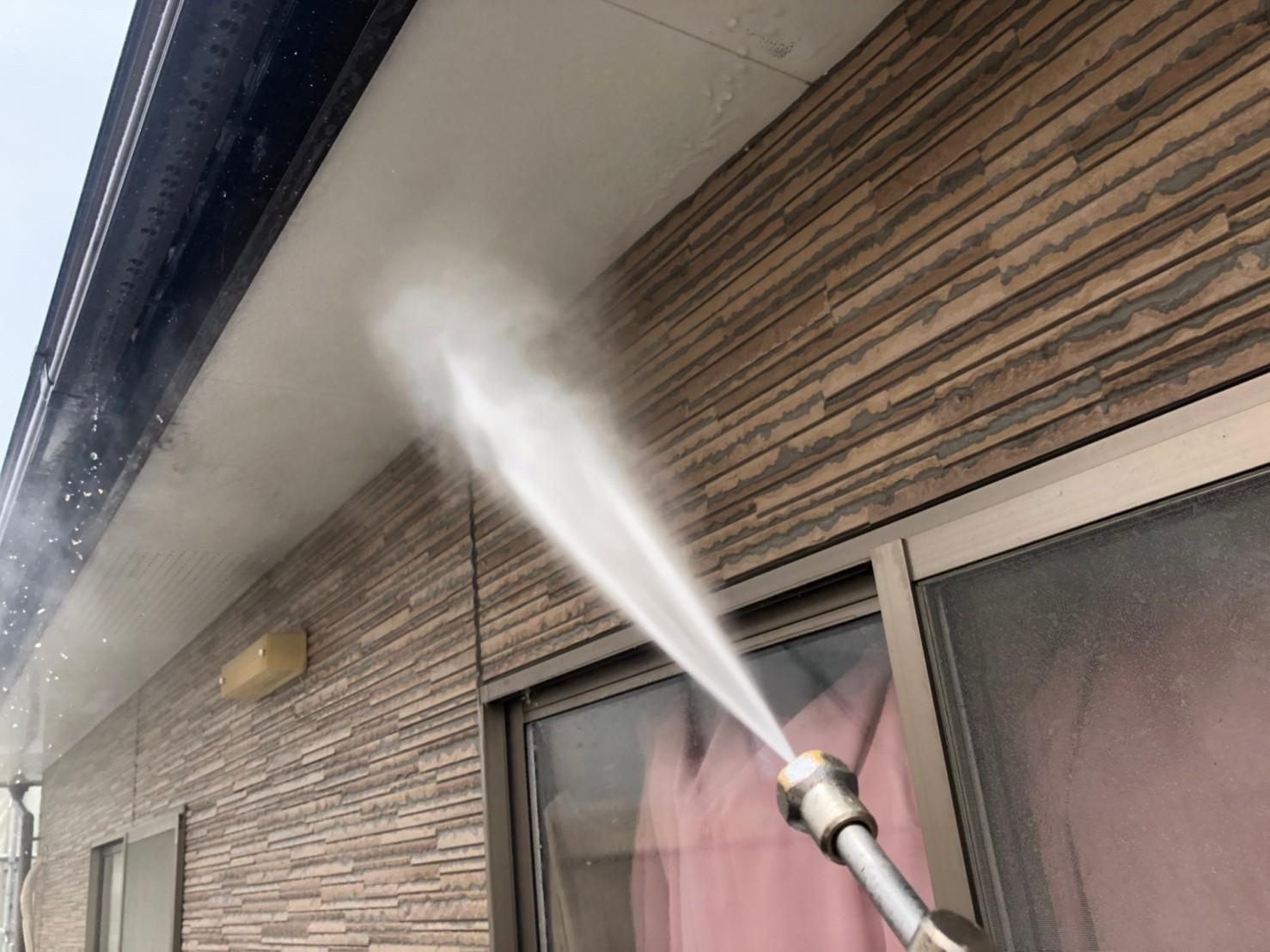 伊奈町の外壁塗装の為軒天高圧洗浄