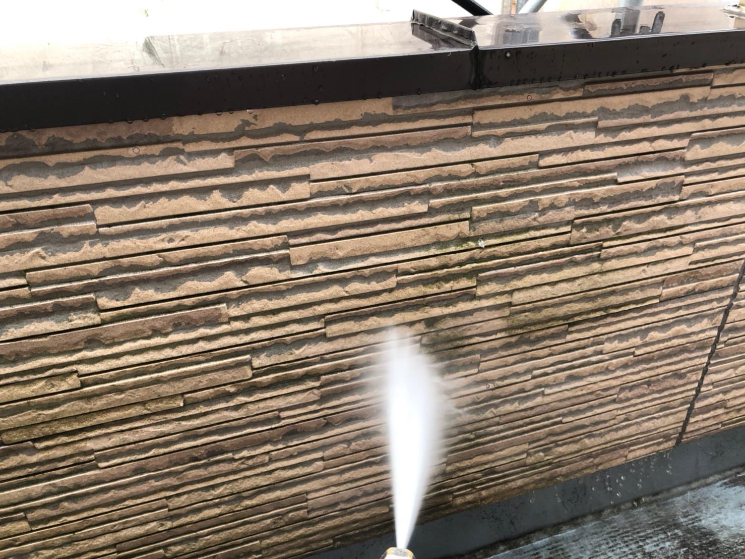 伊奈町の外壁塗装の為ベランダ外壁高圧洗浄