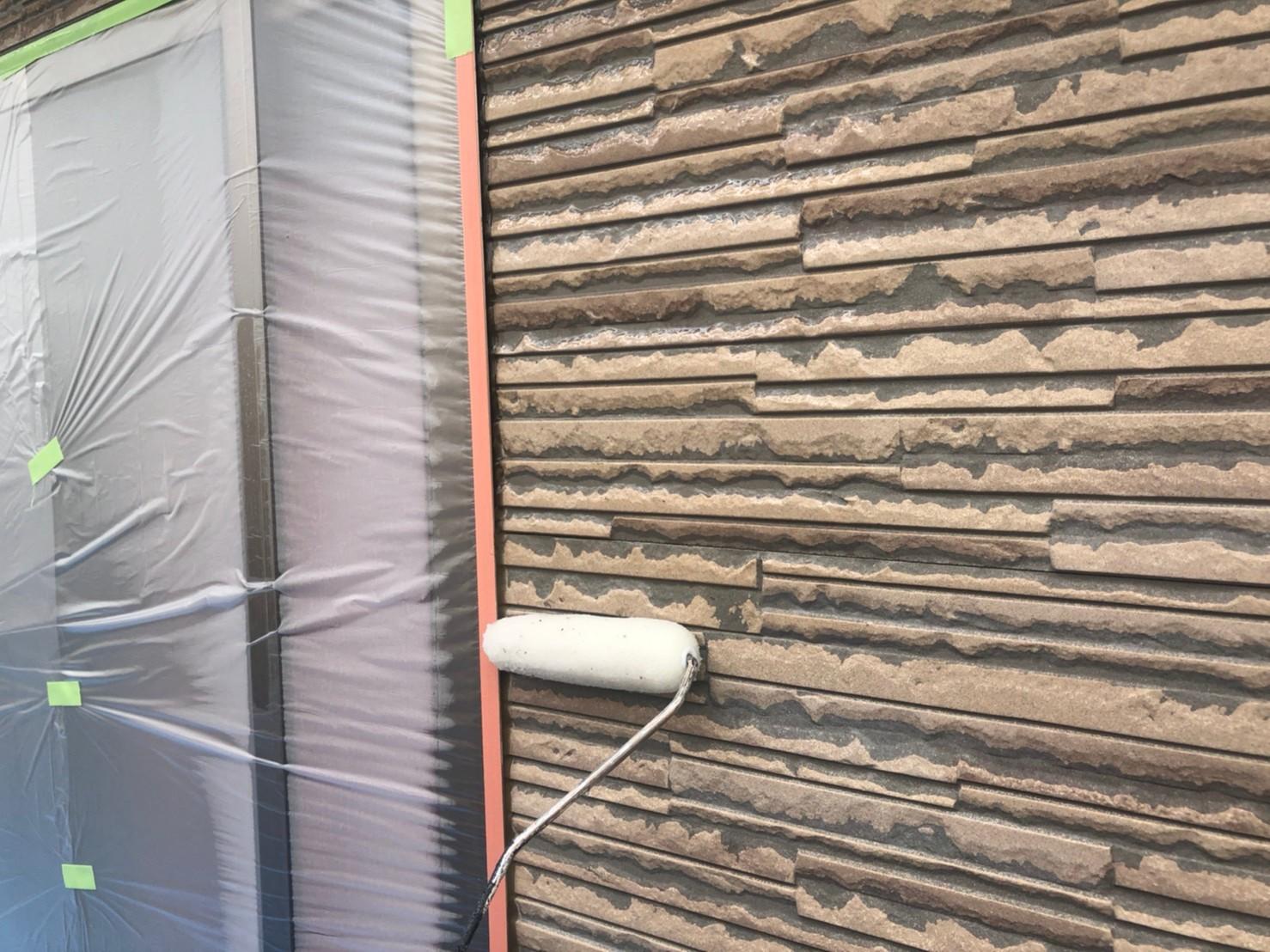 伊奈町サイディング外壁クリヤー塗装下塗り