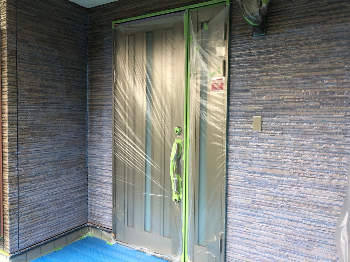 伊奈町サイディング外壁塗装アステック無機ハイブリッドクリヤーで玄関回り上塗り