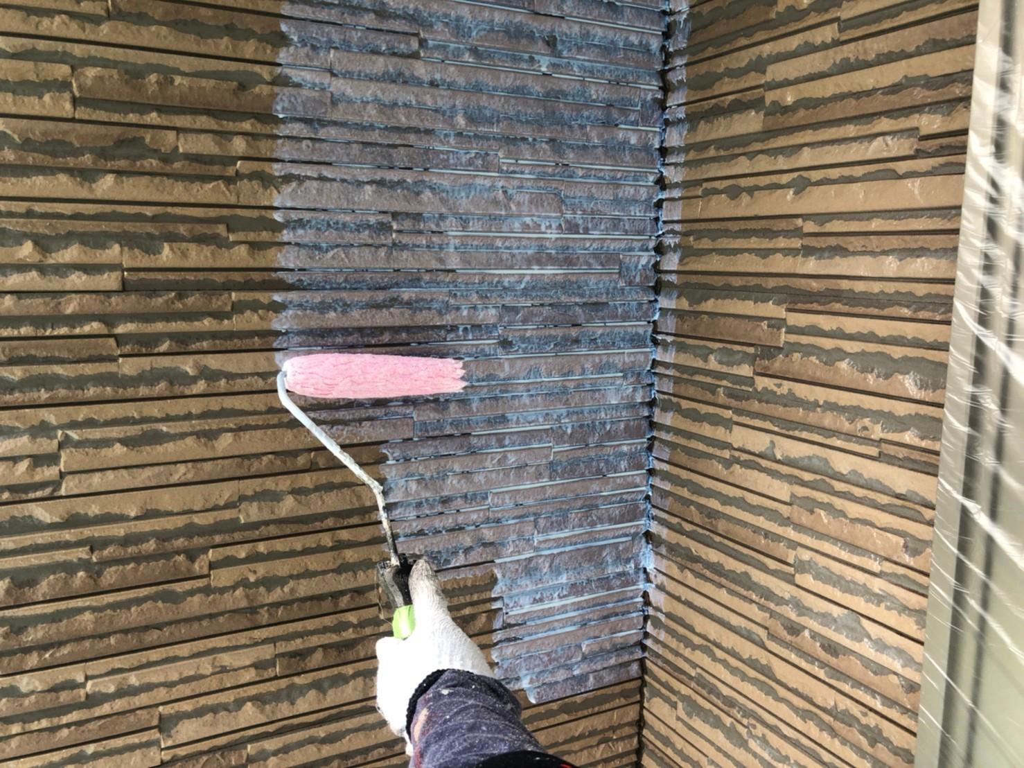 伊奈町サイディング外壁塗装アステック無機ハイブリッドクリヤーで1階上塗り