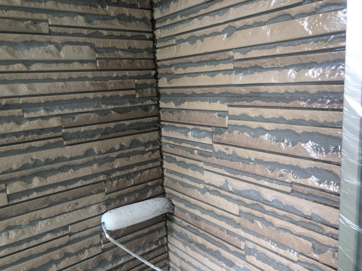 伊奈町サイディング外壁クリヤー塗装1階下塗り