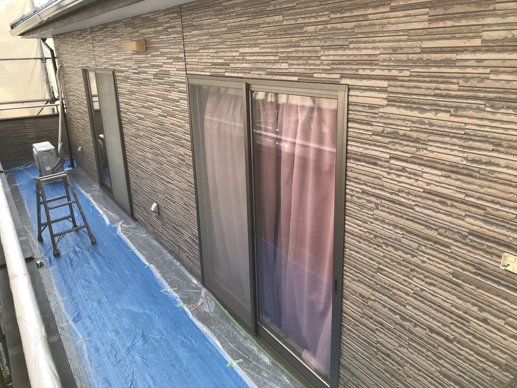 伊奈町サイディング外壁クリヤー塗装上塗り完了