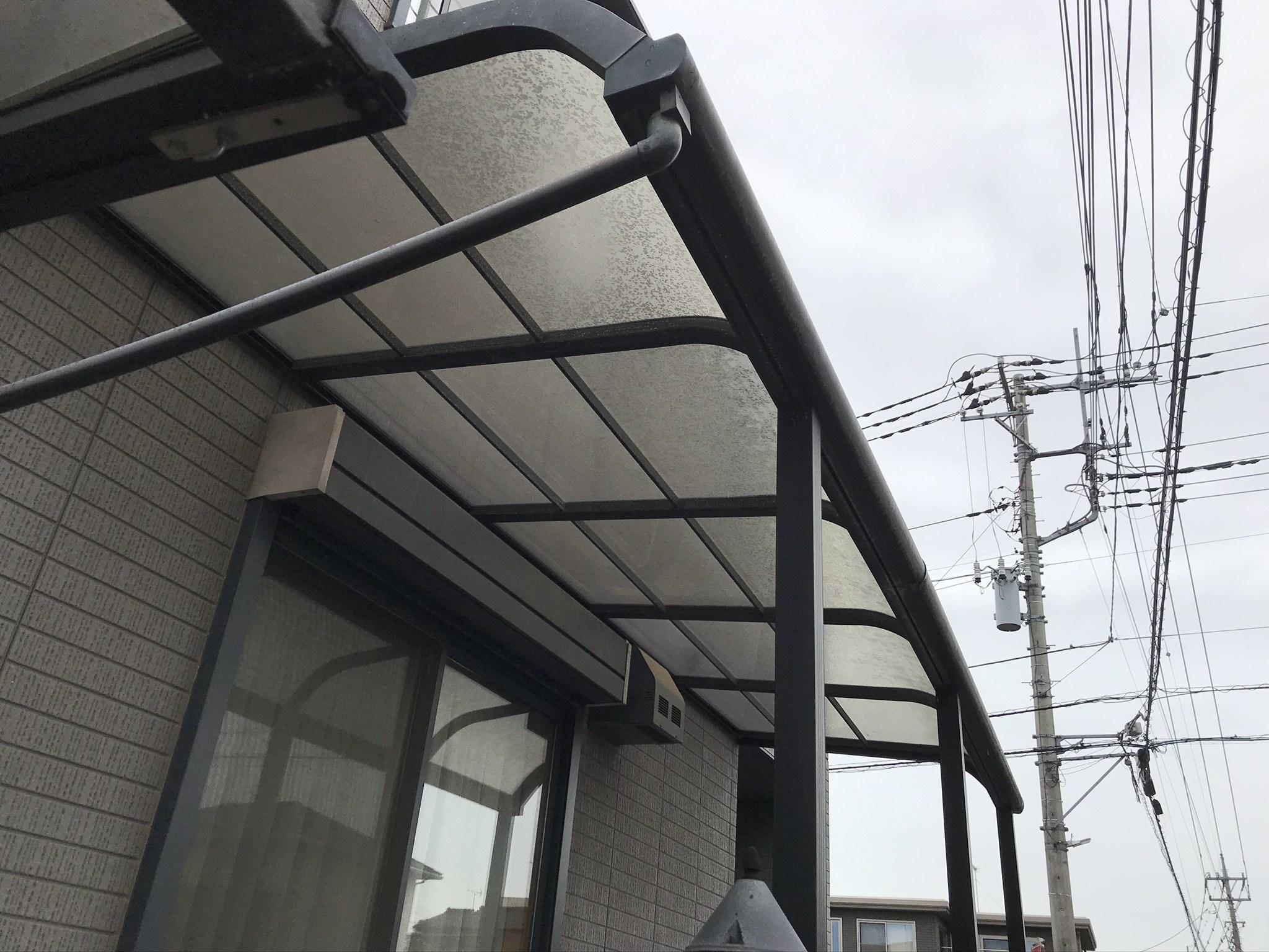 桶川市の屋根・外壁塗装の足場設置前にテラス屋根一時撤去