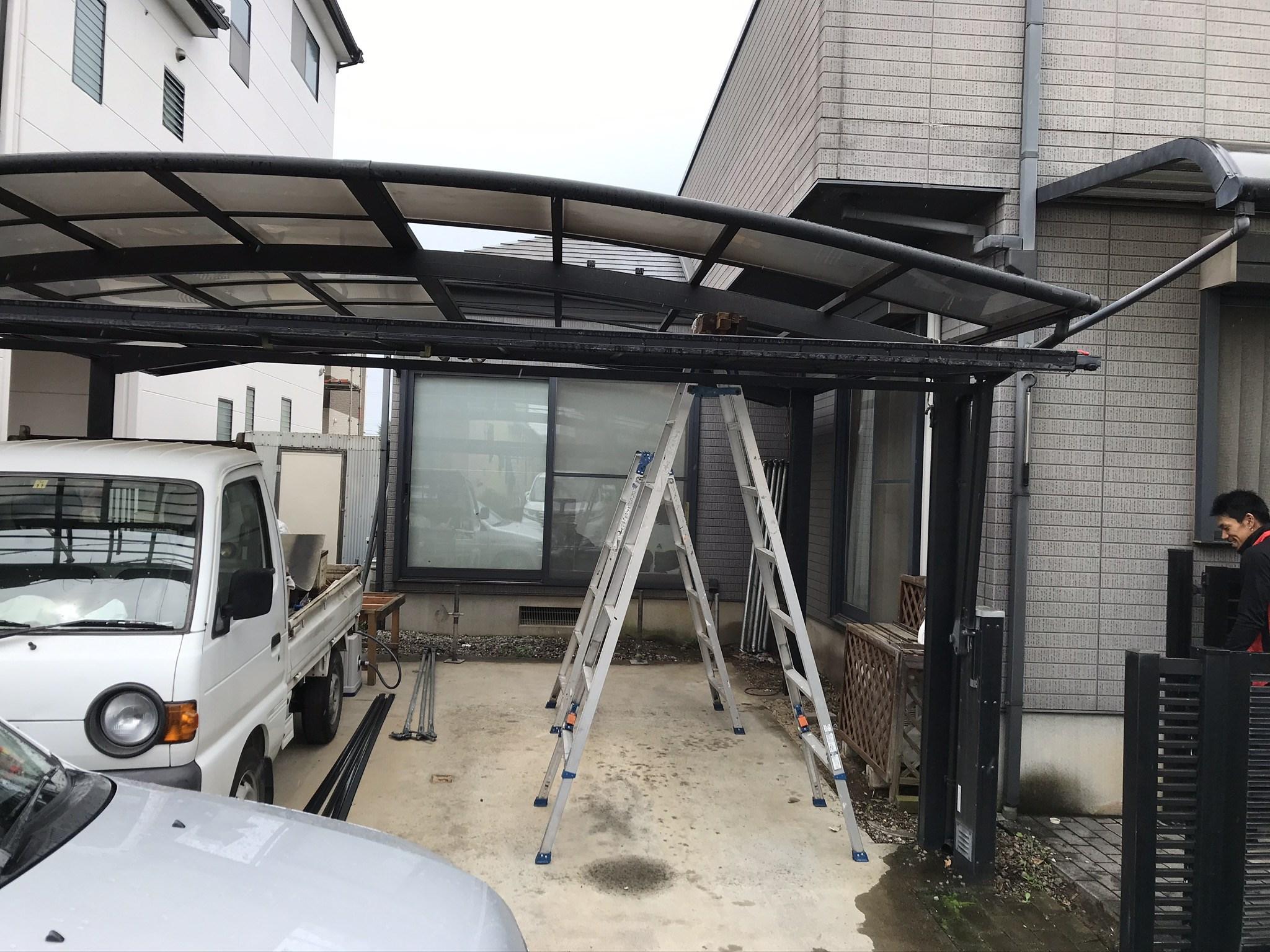 桶川市の屋根・外壁塗装の足場設置前に車庫屋根一時撤去
