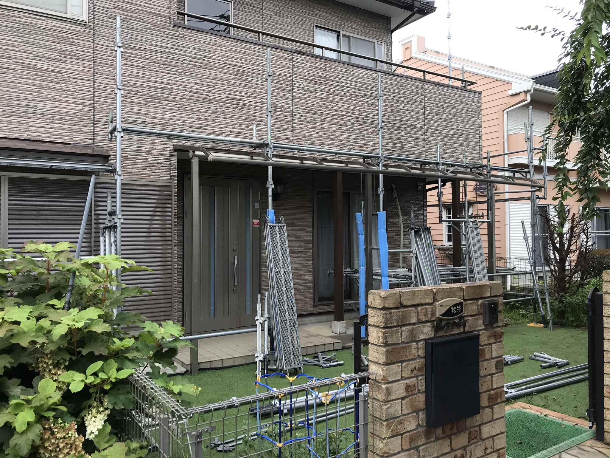 伊奈町外壁塗装完了し足場解体作業が進むお宅