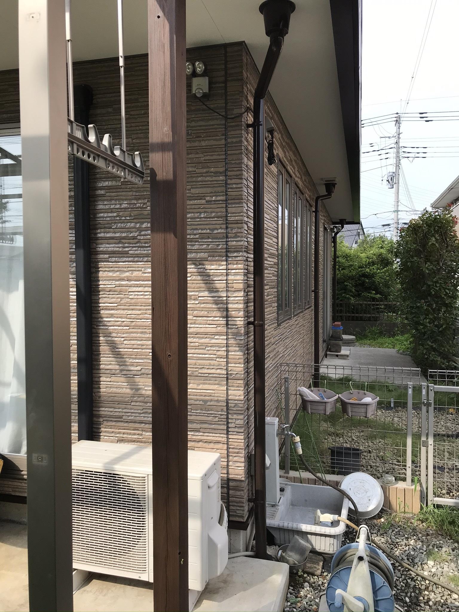 伊奈町木製テラスの柱塗装後