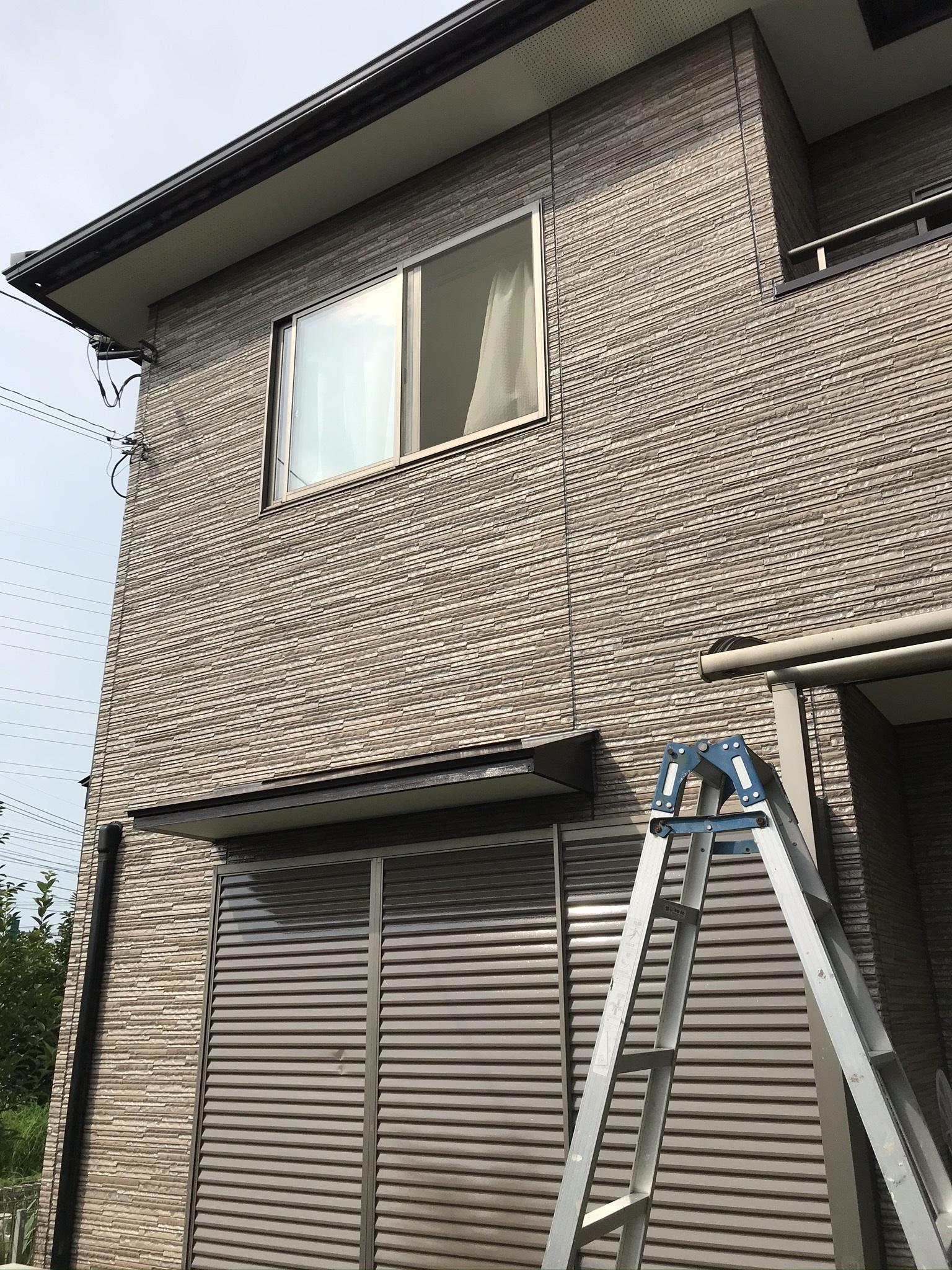 伊奈町外壁塗装後に梯子を使ってテラス屋根設置
