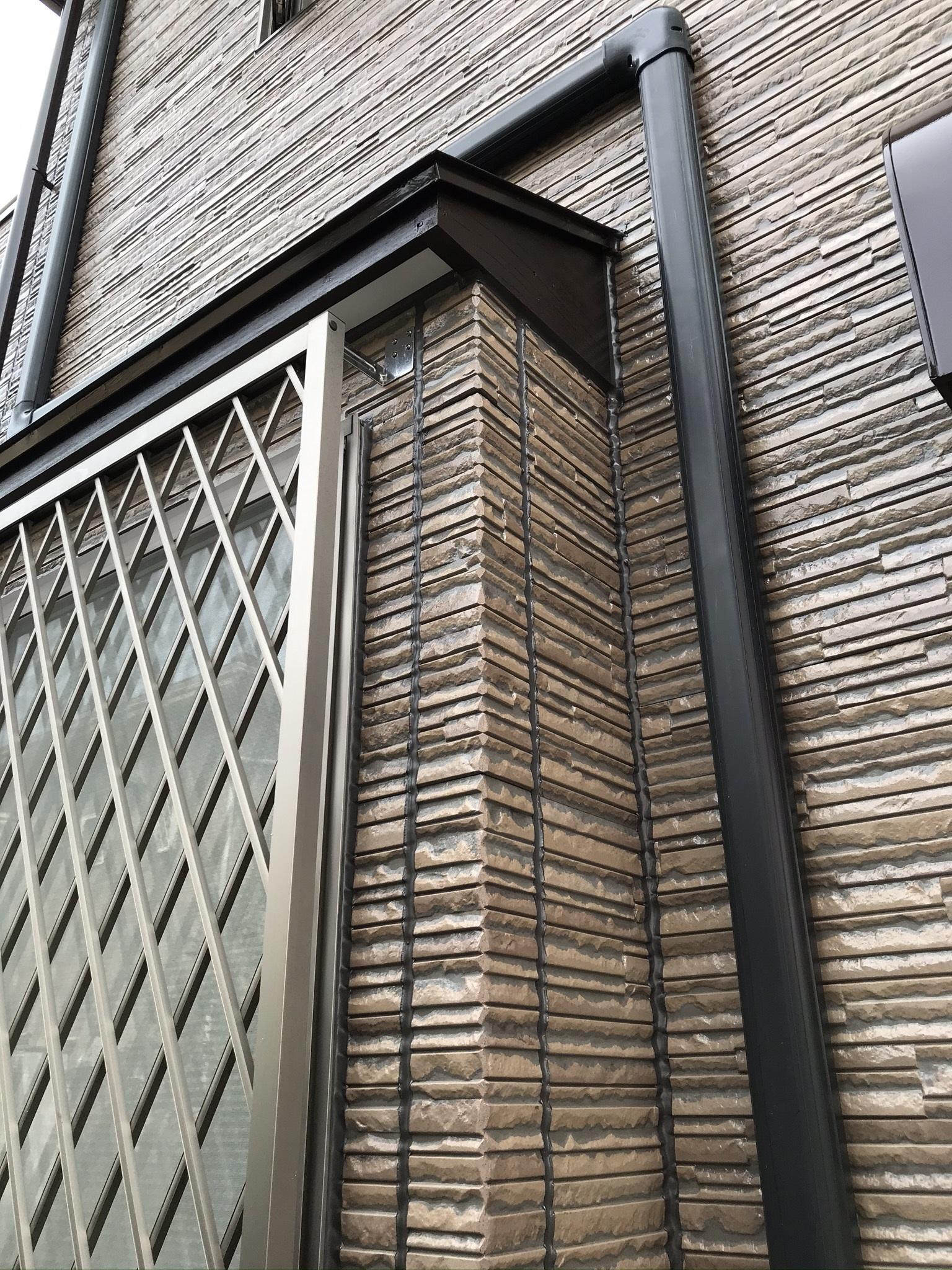 伊奈町サイディング外壁クリヤー塗装上塗り完了1階部分