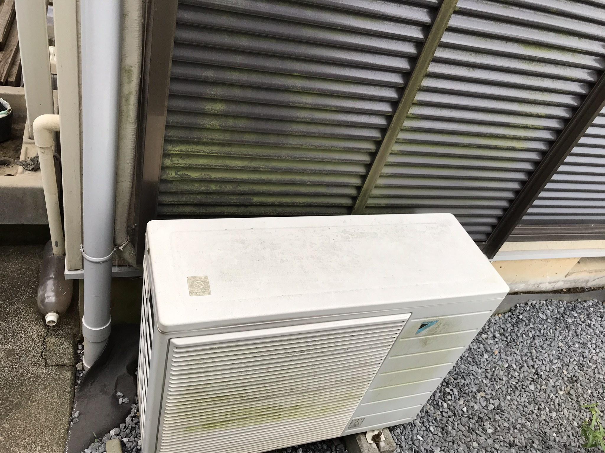 蓮田市カビ苔で汚れたお宅東側のエアコンと雨戸