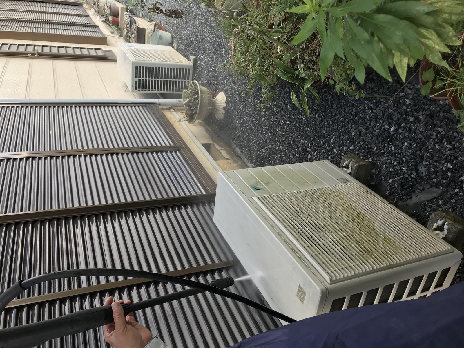 蓮田市カビ苔で汚れたお宅東側のエアコンと雨戸に光触媒コーティングの為高圧洗浄