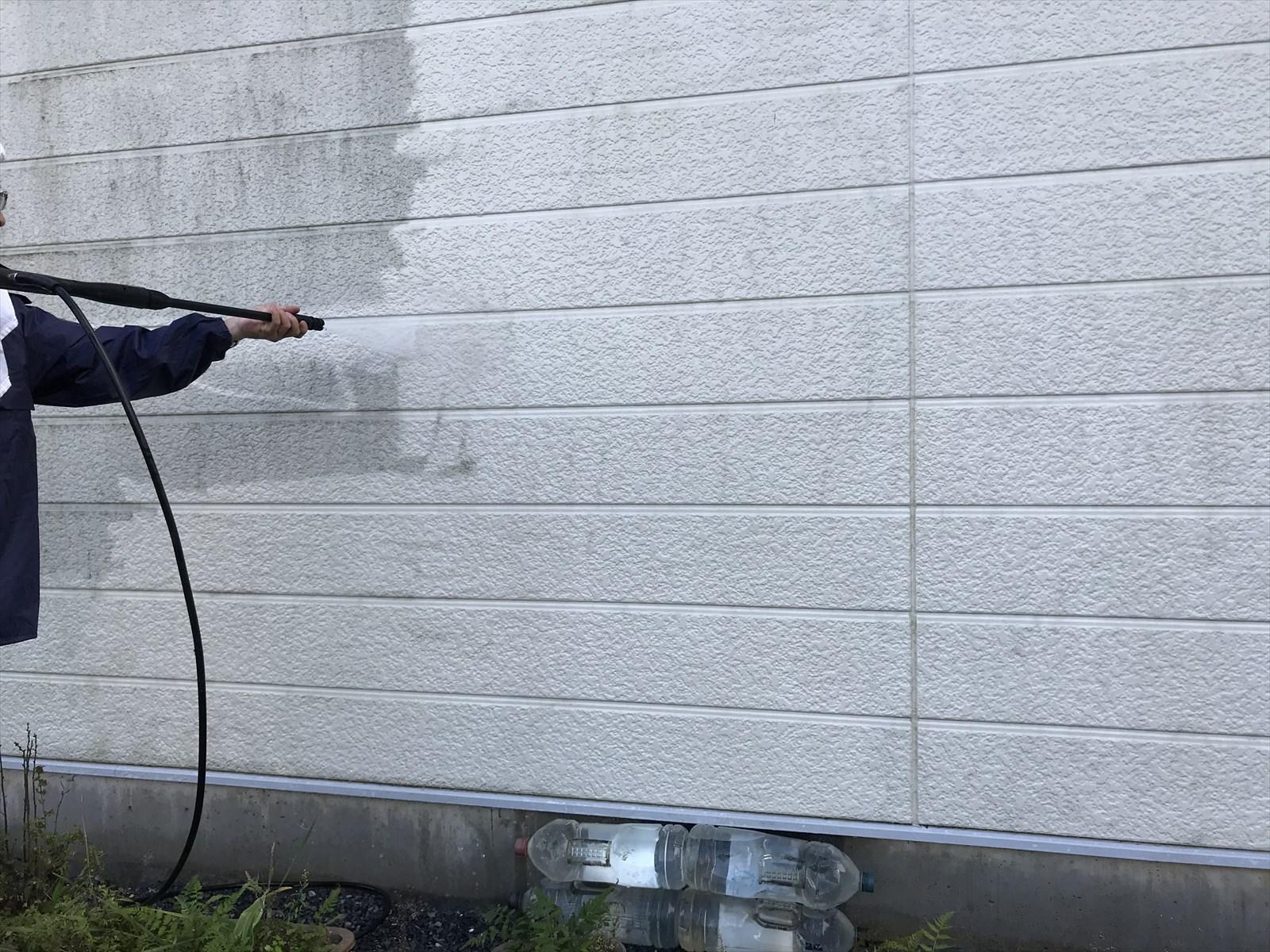 蓮田市カビ苔で汚れた北外壁中央に光触媒コーティングの為高圧洗浄
