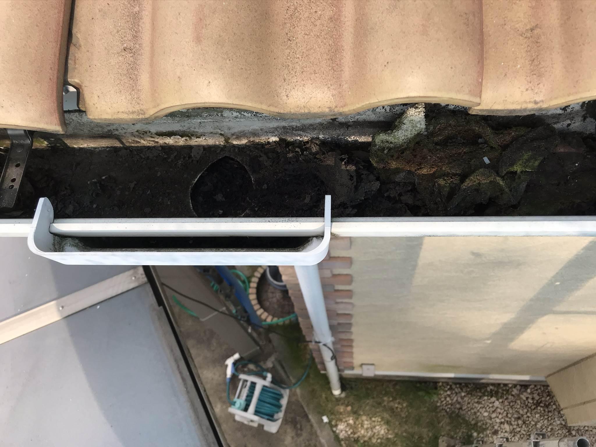 伊奈町外壁塗装前の高圧洗浄をする前の雨樋の角