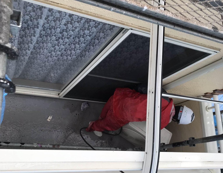 伊奈町外壁塗装前エアコン移動させてベランダ床高圧洗浄