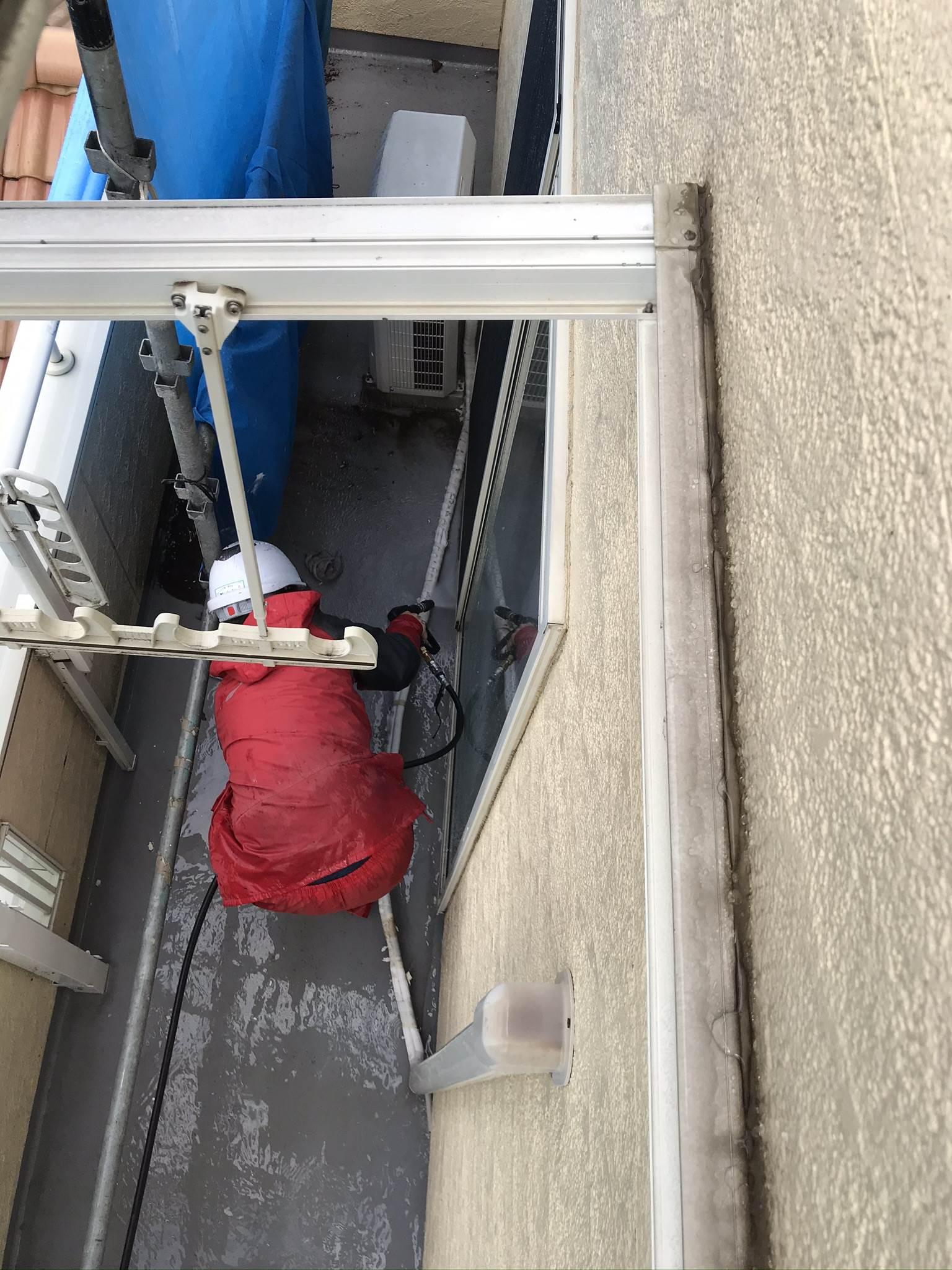 伊奈町外壁塗装前ベランダ床内側奥高圧洗浄