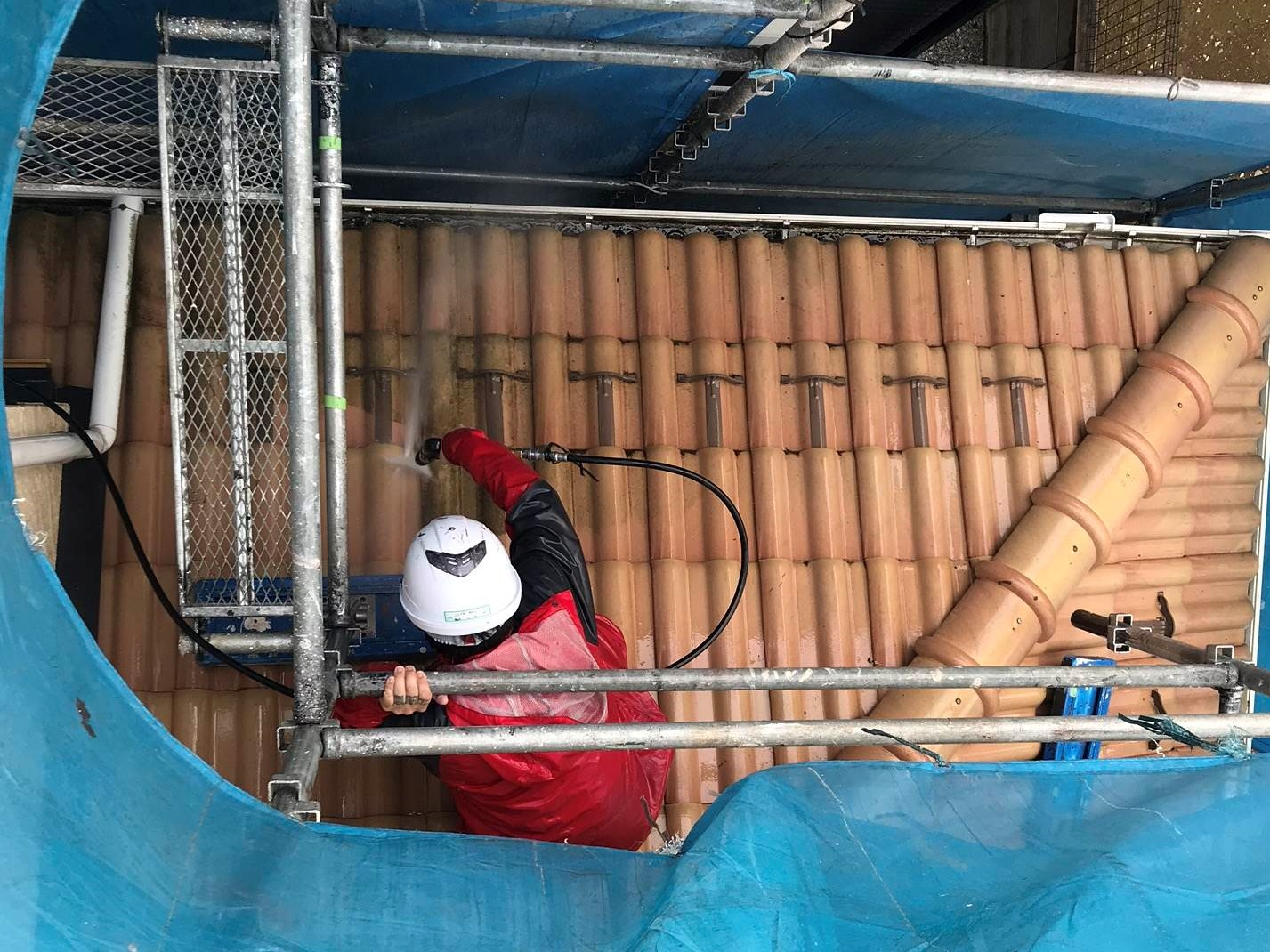 伊奈町の外壁塗装前下屋根の高圧洗浄