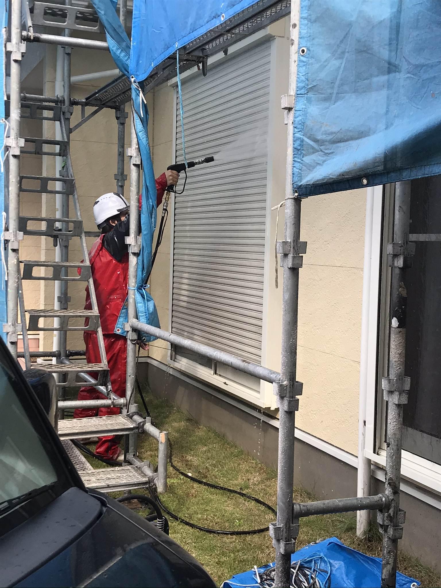 伊奈町外壁塗装前1階シャッターの高圧洗浄