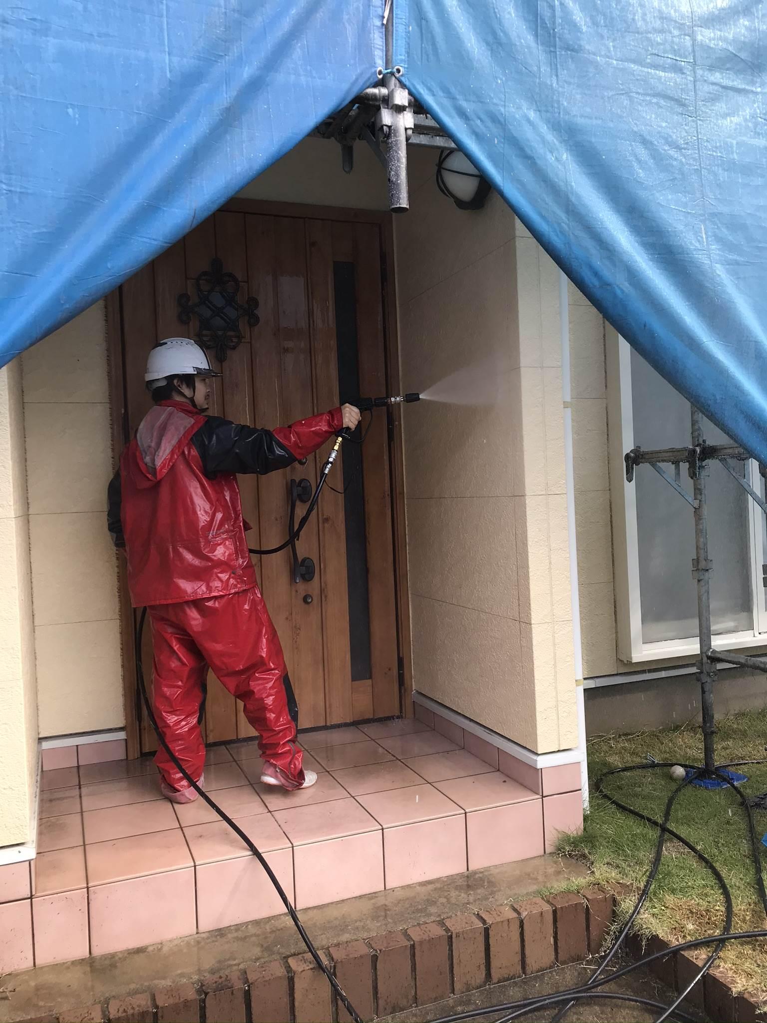 伊奈町外壁塗装前玄関回りの高圧洗浄