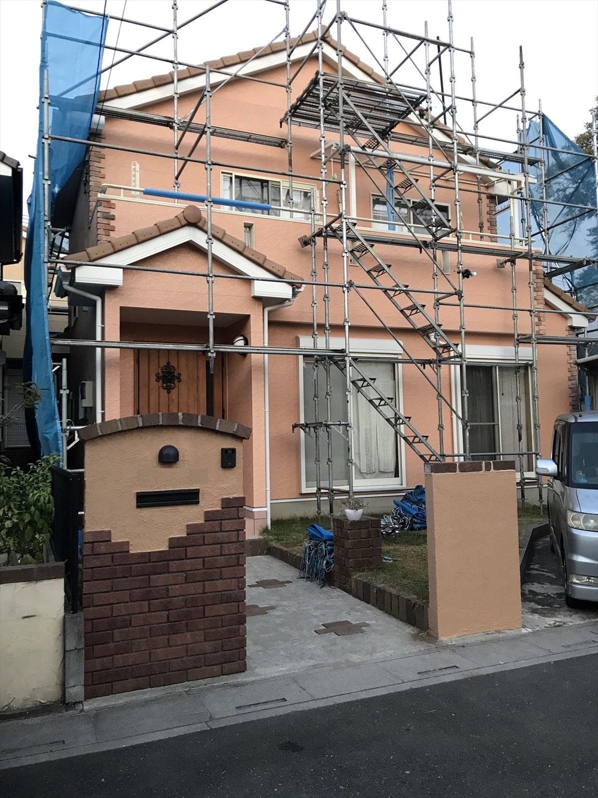 伊奈町にての築14年目の外壁塗装工事は仮設足場が解体され淡いオレンジ色のお宅お目見えです