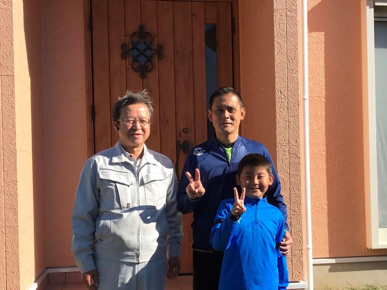 伊奈町で外壁塗装を行ったS様ご家族と当社社長完工後に撮影