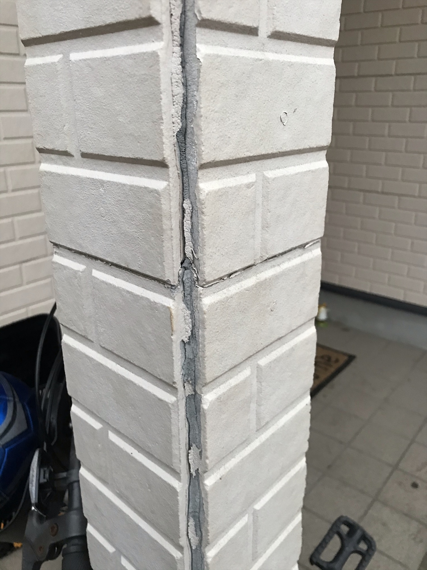 伊奈町築25年賃貸一軒家点検時の玄関ポーチ柱