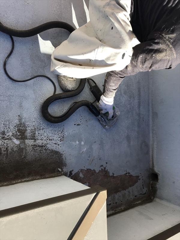 さいたま市岩槻区ベランダ床防水劣化表面の大きな剥がれ部分ケレン作業