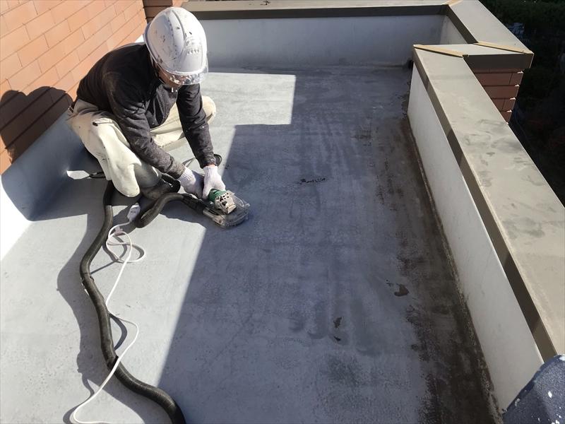 さいたま市岩槻区ベランダ床防水劣化表面のケレン作業