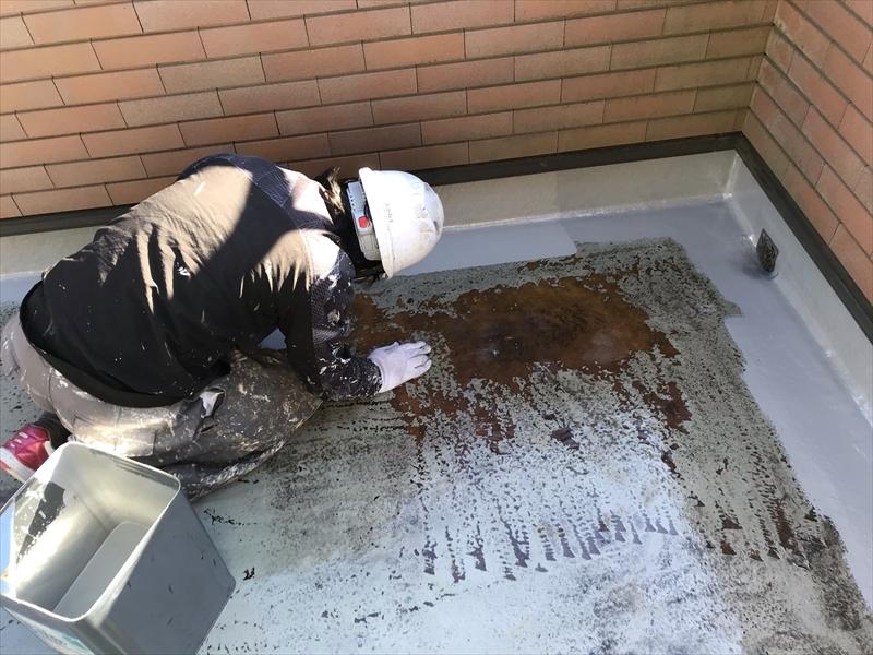 さいたま市岩槻区ベランダ防水面トップコート1回目立上り部分塗布