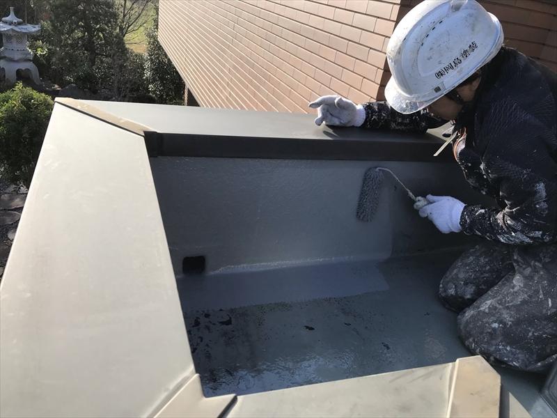 さいたま市岩槻区陸屋根防水トップコート1回目立上り部分ローラーで塗布