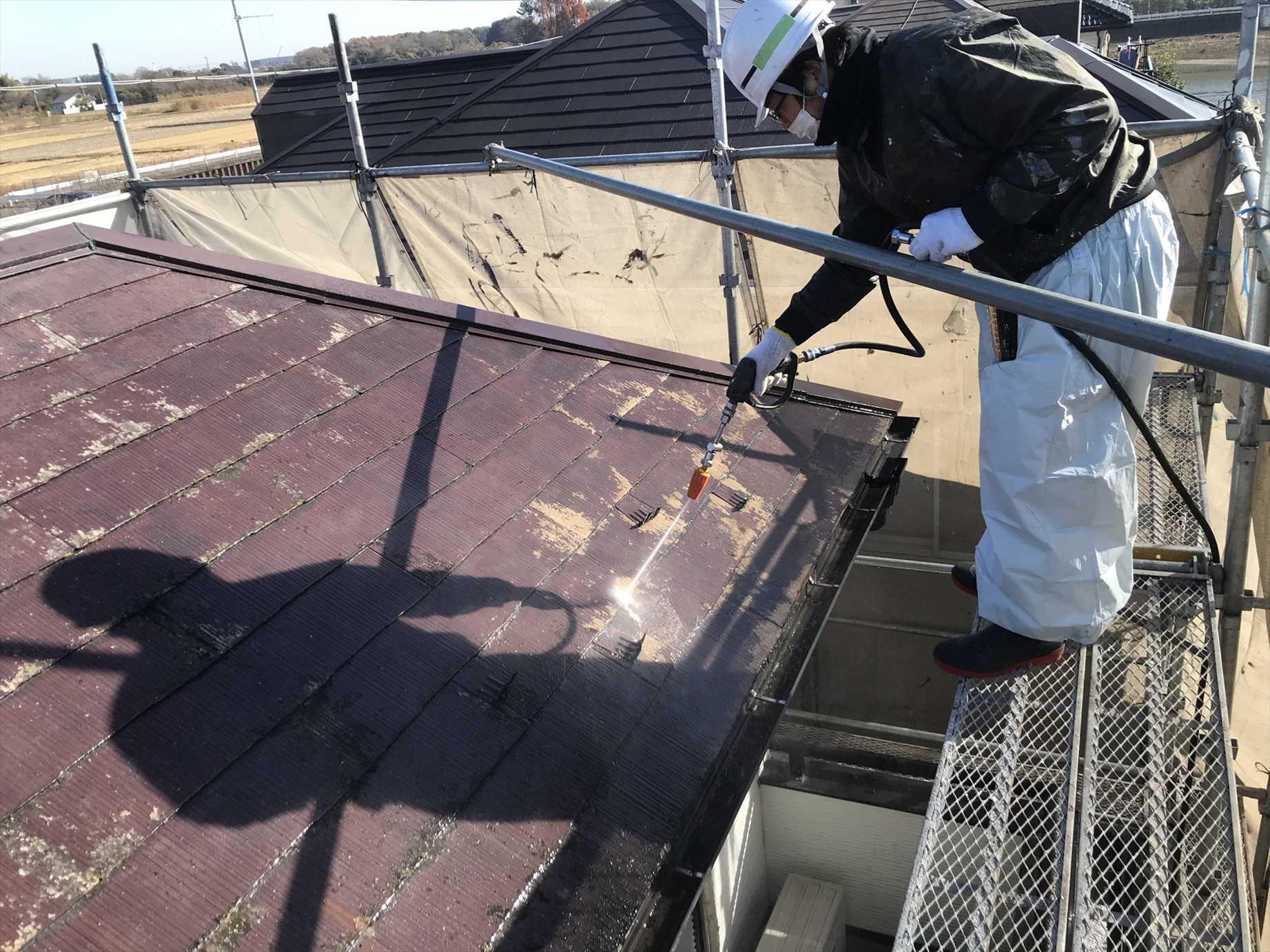 伊奈町賃貸一軒家屋根塗装前高圧洗浄屋根下部作業