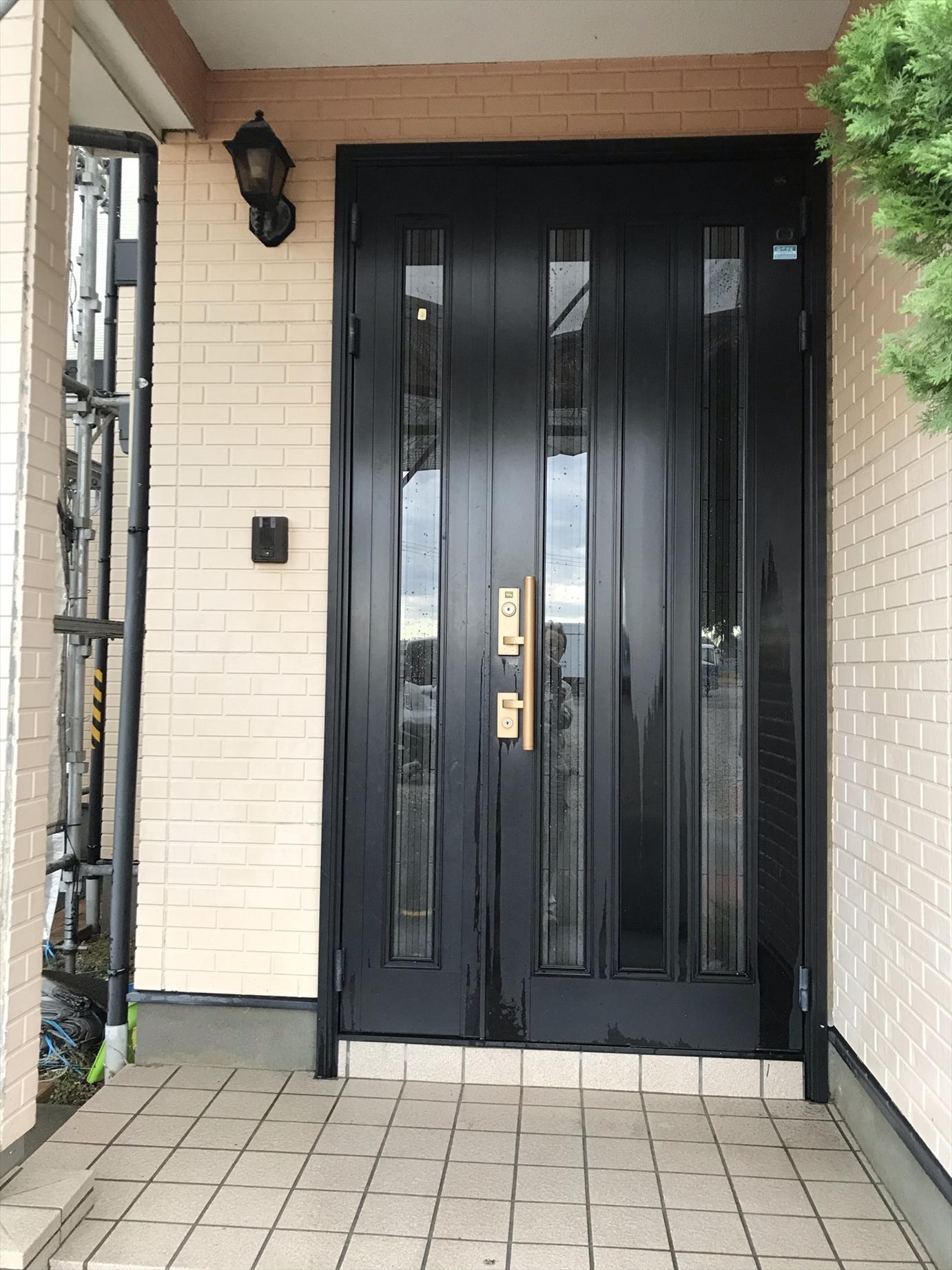 伊奈町賃貸一軒家塗り替え塗装前の高圧洗浄玄関廻り作業