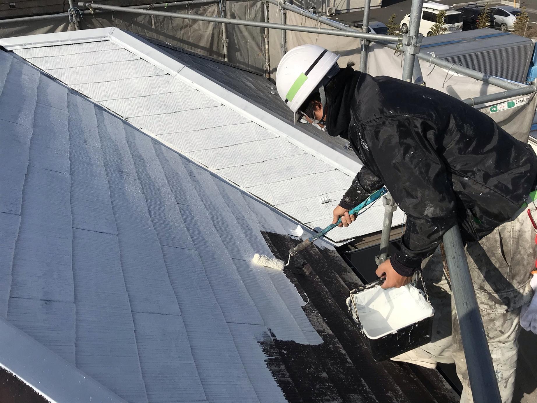 伊奈町賃貸一軒家の屋根塗り替え工事の下塗り作業