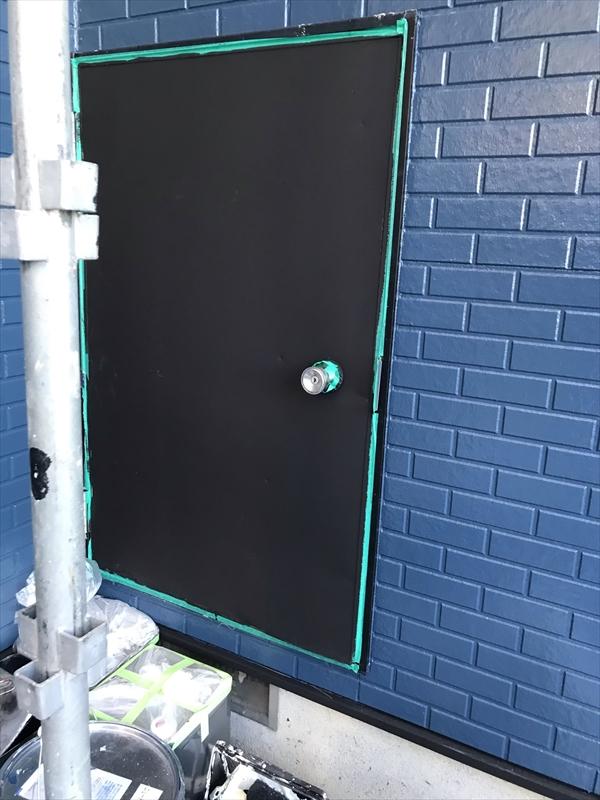 伊奈町賃貸一軒家外壁塗装時に備え付け物置ドアも塗装