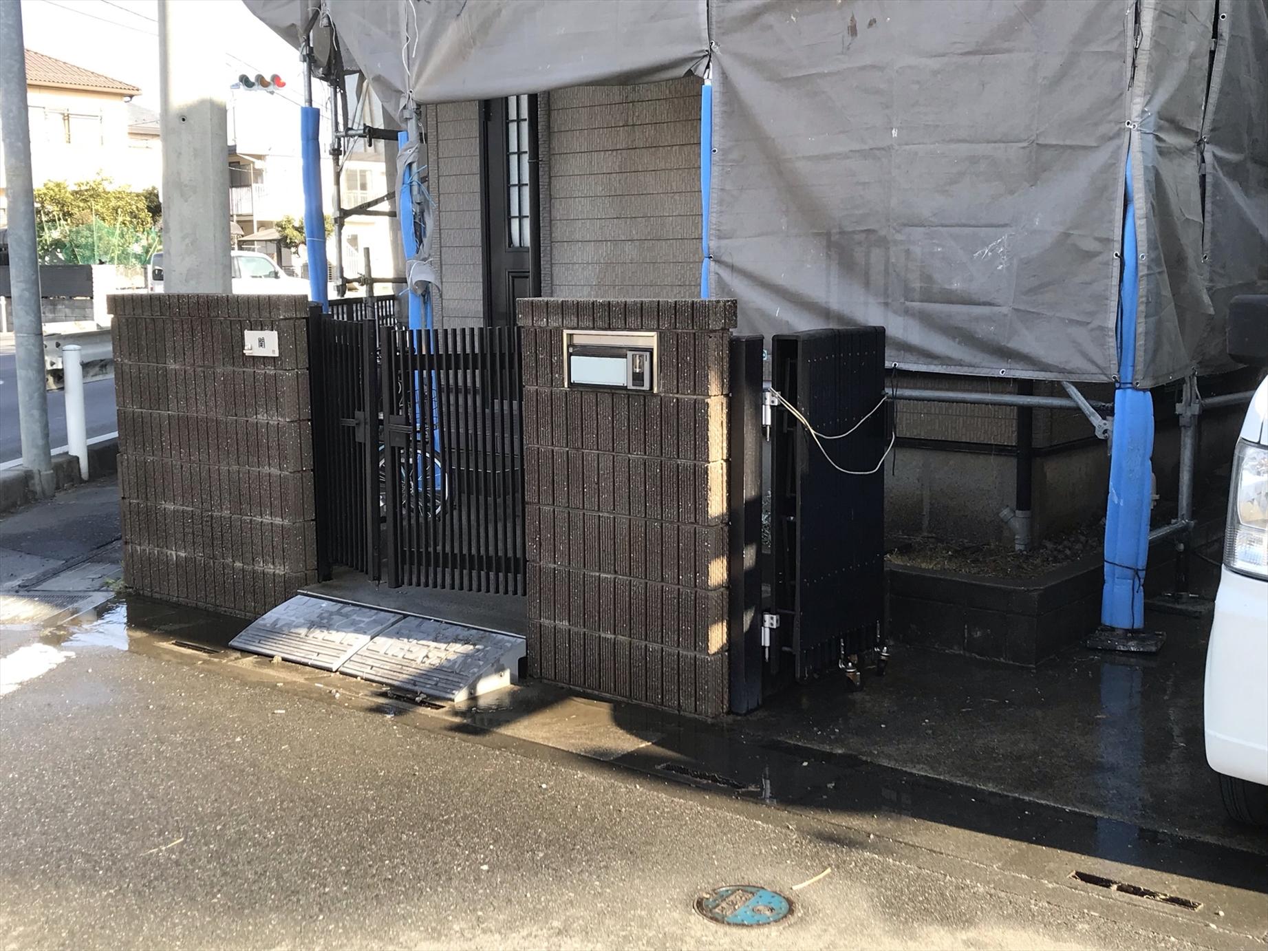 上尾市本町外壁塗装の為高圧洗浄門廻り部分