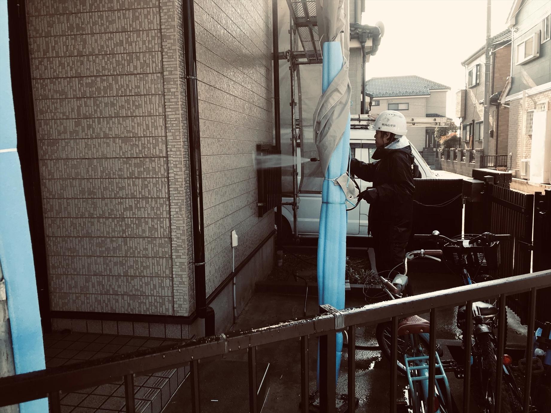 上尾市本町外壁塗装の為高圧洗浄1階部分