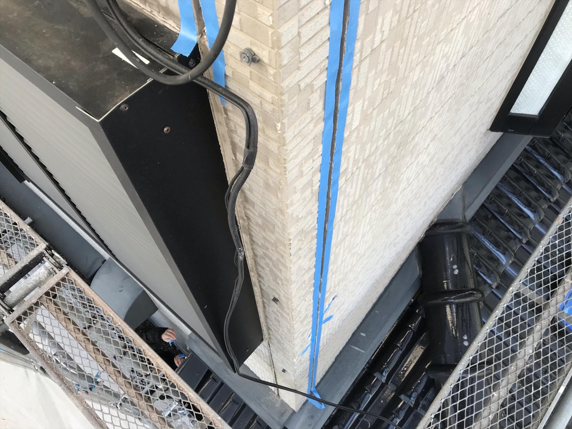 上尾市サイディング外壁の目地既存シーリング材撤去し養生
