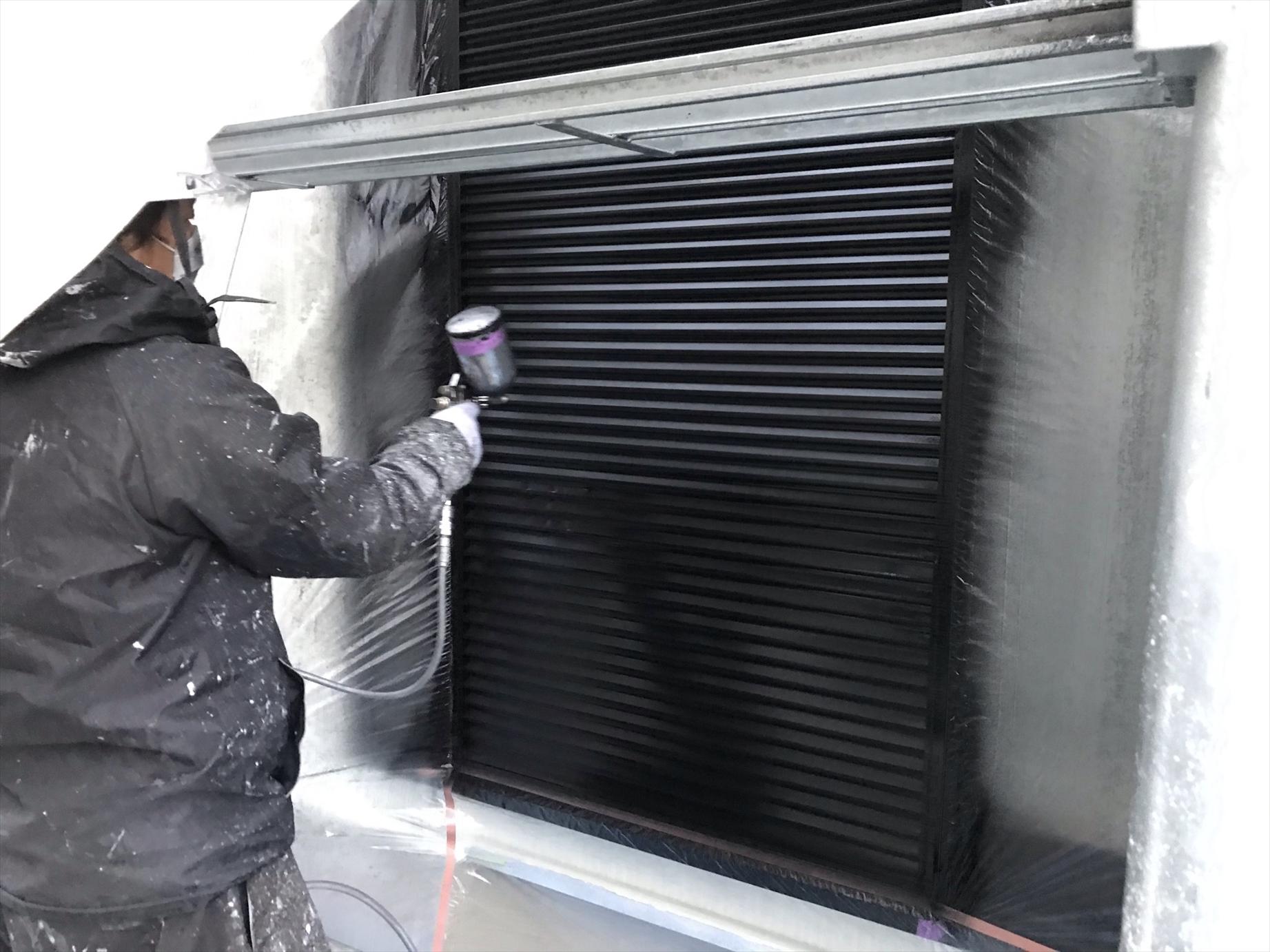 上尾市外壁塗装付帯部分雨戸の塗装を吹付で