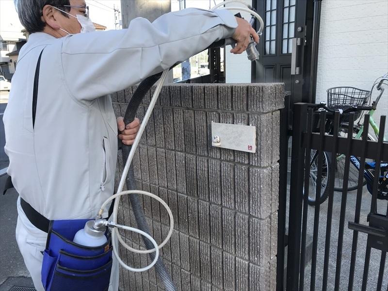 上尾市で外壁塗装工事終了後の門廻り化粧ブロックに汚れ防止の為 光触媒の防カビコーティング剤「NFE2」をスプレーしました。
