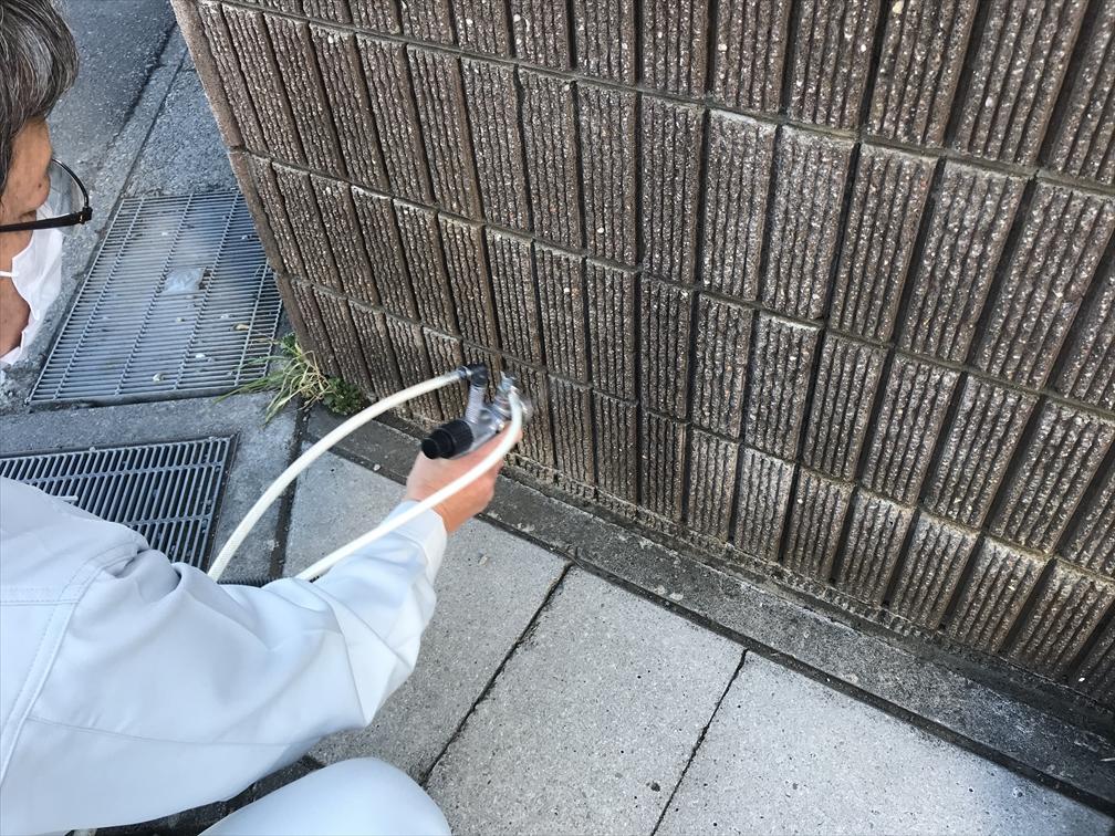 上尾市の外壁塗装終了後門のタイル左外側下部に汚れ防止の光触媒コーティング