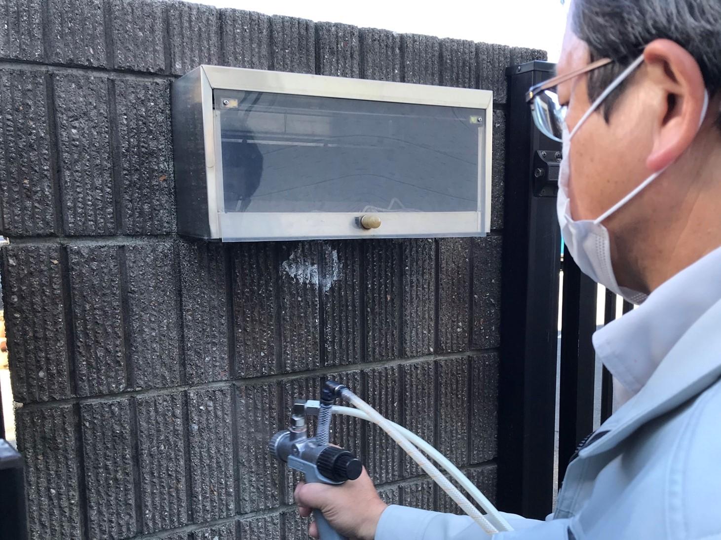 上尾市の外壁塗装終了後門のタイル内側に汚れ防止の光触媒コーティング
