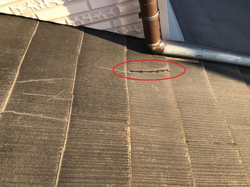 鴻巣市春の強風時に外れた雨樋で割れたスレート瓦