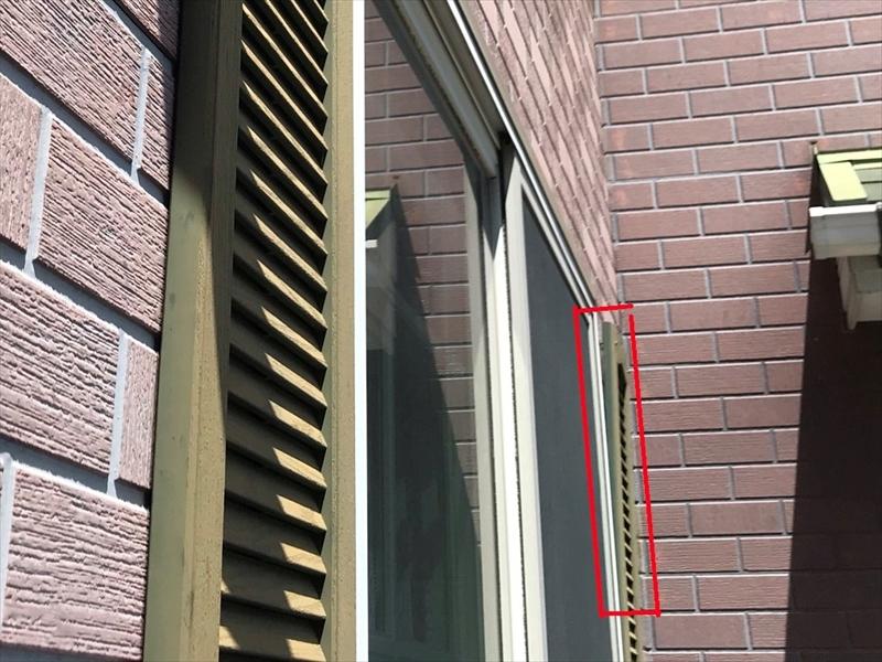 伊奈町の輸入住宅の反り返った窓脇の木製飾り