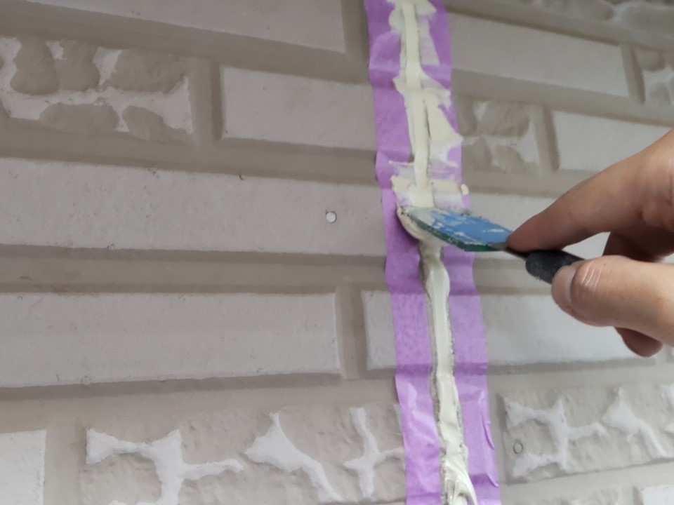 鴻巣市サイディング外壁の目地シーリング打ち替えで充填した「オートンイクシード」の均し作業