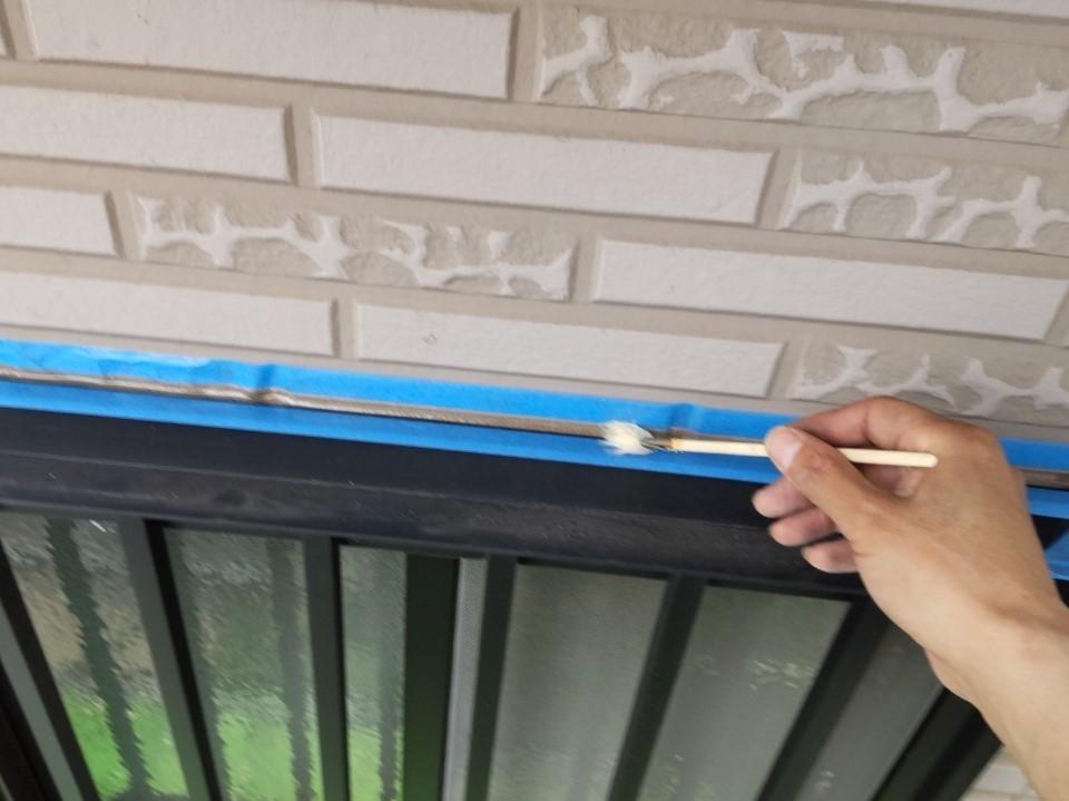 鴻巣市サイディング外壁の目地シーリング増し打ちのプライマー塗布作業