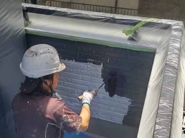 鴻巣市で「超低汚染リファイン1000Si-IR」を使用し外壁塗装中塗り