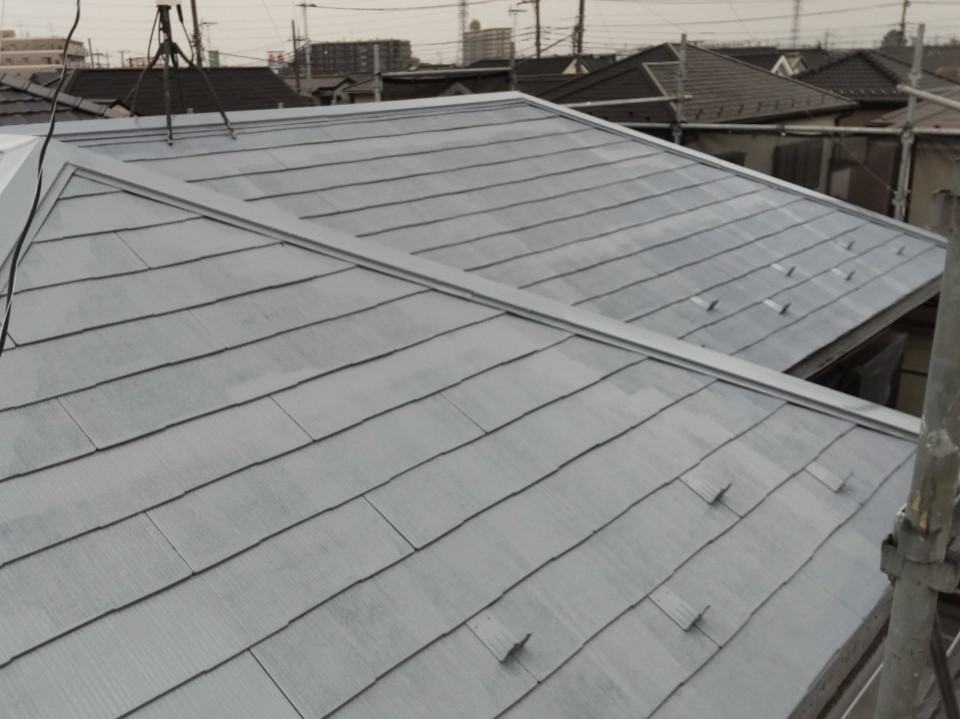鴻巣市スレート瓦屋根塗装を「サーモテックシーラー」使用し下塗り完了