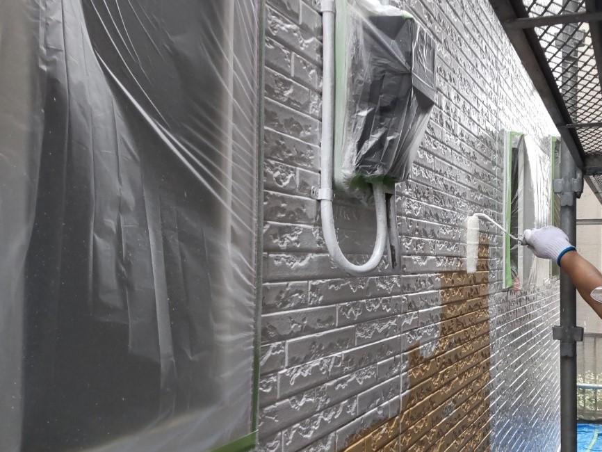 上尾市で既存光触媒塗料の上へ下塗りにプレミアムSSシーラープライマーを使用しての外壁塗り替え塗装