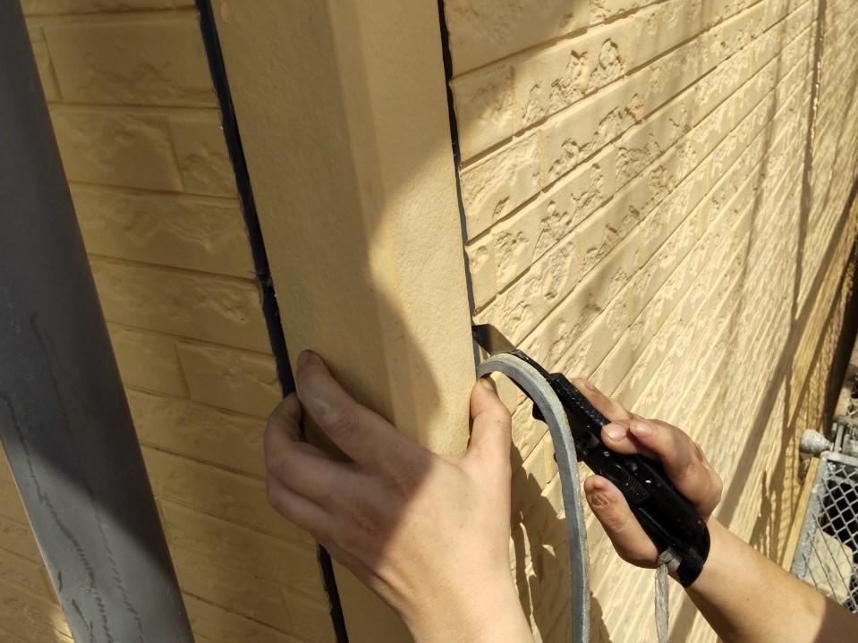 上尾市シーリング打ち替え工事の劣化シーリング材取除き作業