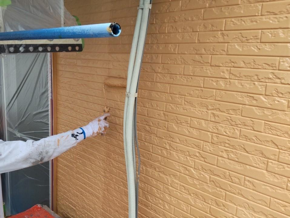 上尾市壱丁目の外壁塗装をアステックペイントのシリコンREVO1000-IRでの上塗り2回目作業