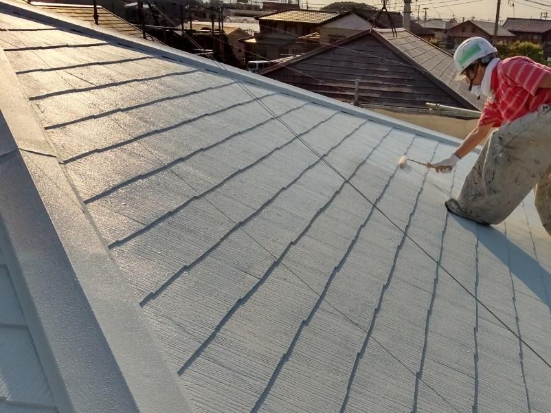 上尾市で遮断熱塗料「キルコ」での屋根塗装上塗りの作業